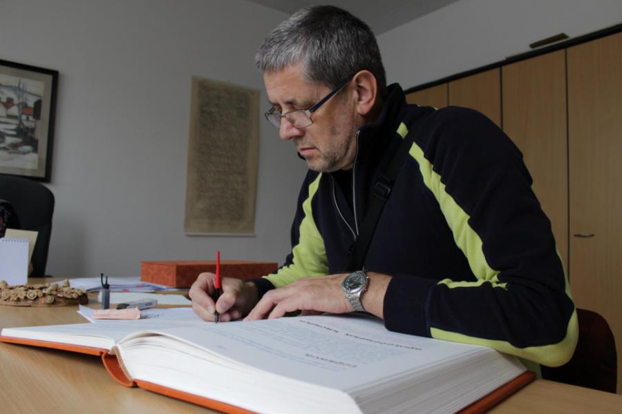 Výtvarník Vlado Hrebeňák provádí poslední úpravy kroniky. Foto: M. Polák