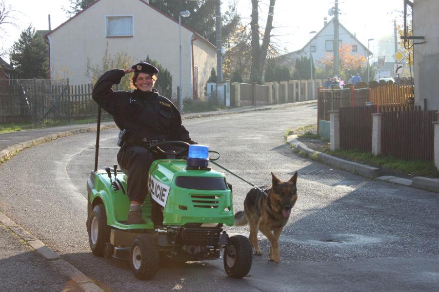 Zahradní traktor v policejní úpravě. Foto: Martin Polák