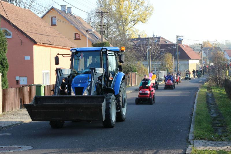 Spanilá jízda zahradních traktorů ve Staré Chodovské. Foto: Martin Polák