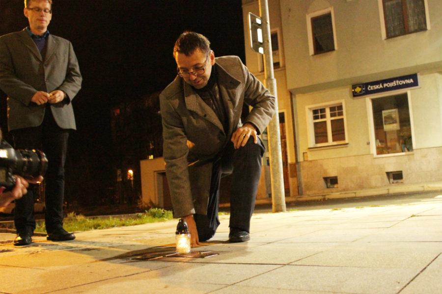 Starosta Patrik Pizinger při pietním aktu ve Staroměstské ulici. Foto: Martin Polák