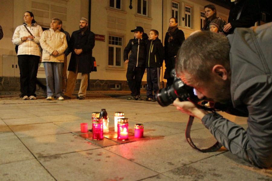 Svíčky na Kamenech zmizelých ve Staroměstské ulici. Foto: Martin Polák