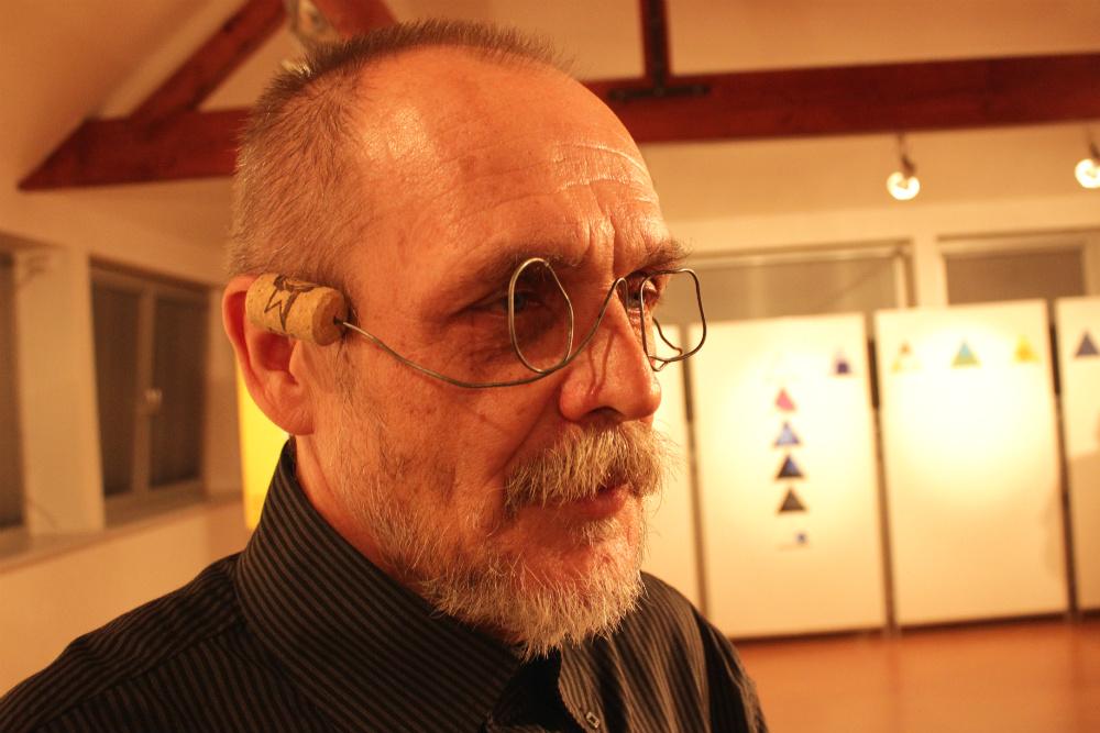 František Steker s brýlemi od svého kolegy, chodovského výtvarníka Jiřího Juna. Foto: M. Polák