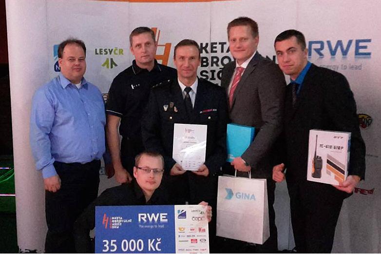 Chodovští hasiči po vyhlášení výsledků ankety. Foto: SDH Chodov