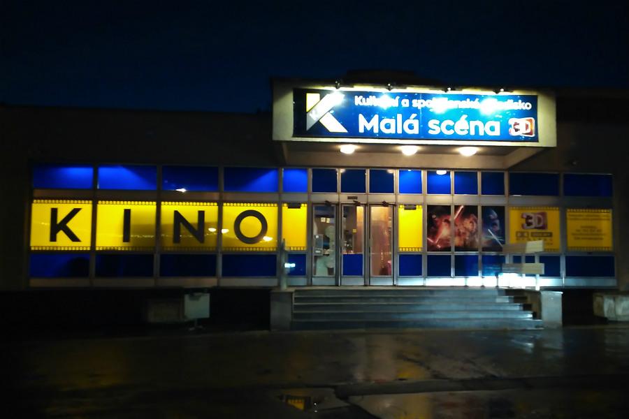 Noční pohled na vstup do kina. Foto: Martin Polák