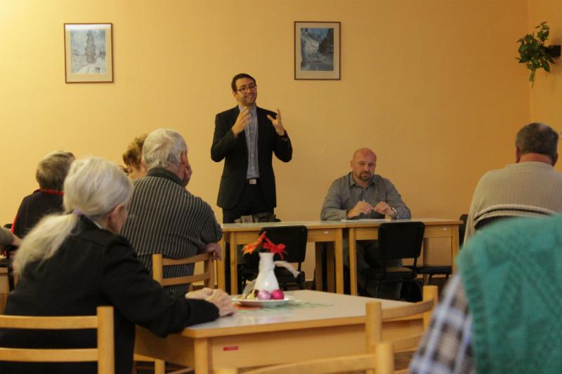 Starosta Patrik Pizinger odpovídá na dotazy penzistů. Foto: Martin Polák