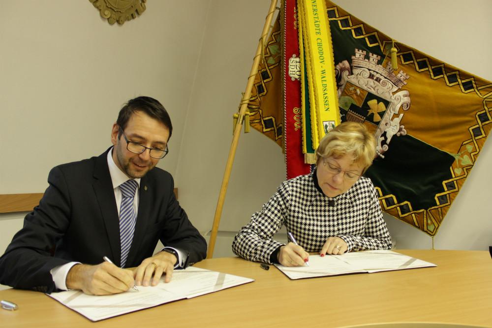 Patrik Pizinger a Věra Bráborcová při podpisu smlouvy. Foto: M. Polák