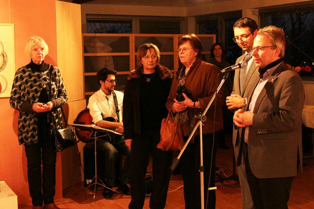 Výtvarnice, chodovský starosta a jeho německý kolega při zahájení výstavy. Foto: M. Polák