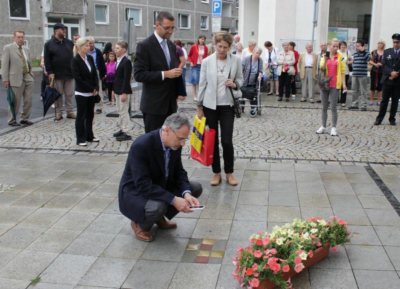 Loňské slavnostní odhalení čtyř kamenů, kterého se zúčastnili i potomci rodiny Kronbergerů. Foto: M. Polák