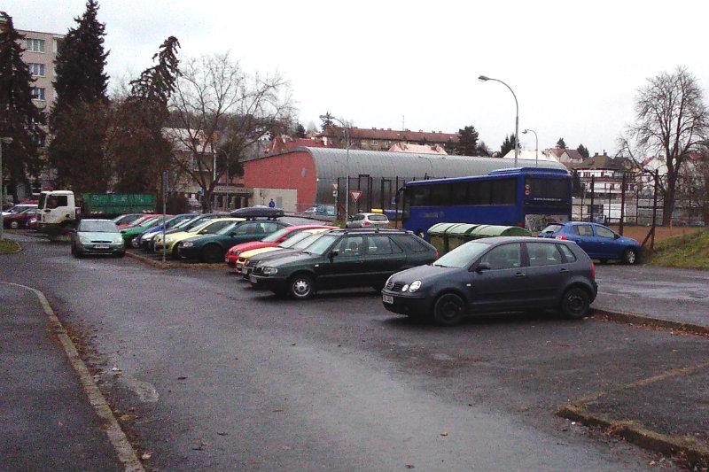 Parkování v ulici U Porcelánky. Foto: Martin Polák
