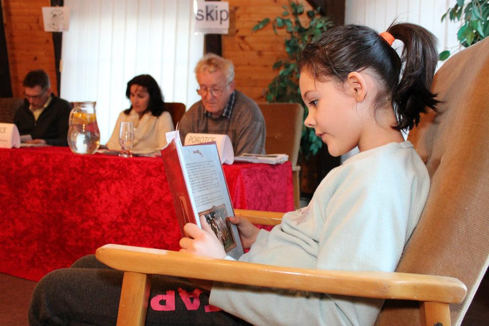 Školáci četli vpohodlném křesle v podkroví knihovny. Foto: Martin Polák