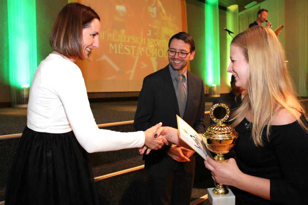 Vítězům gratulovala také Klára Suchanová (vlevo). Foto: Martin Polák