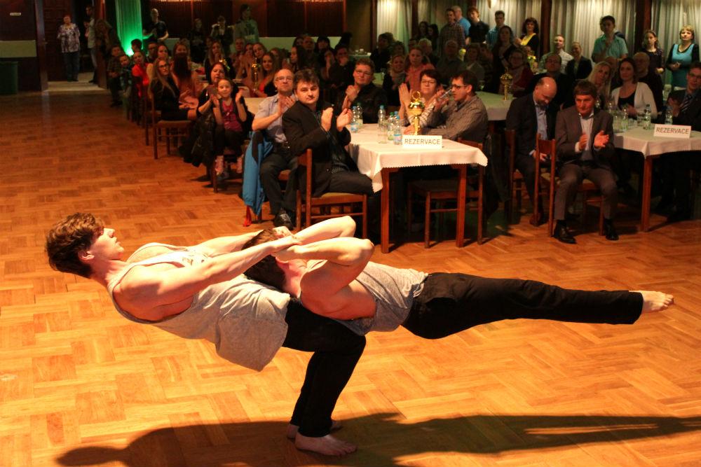 Diváky zaujalo vystoupení silových akrobatů Matyáše Nekvasila a Jakuba Fary. Foto: M. Polák