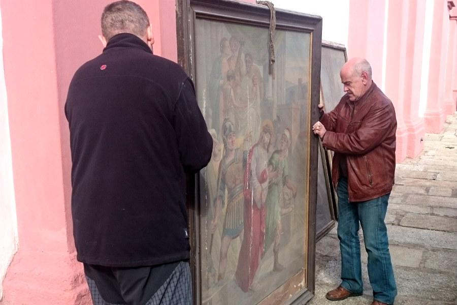 Odvoz prvních čtyř obrazů z kostela svatého Vavřince. Foto: Ivana Sarkányová