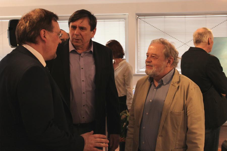 Eduard Milka (vpravo) při hovoru s návštěvníky vernisáže. Foto: Martin Polák
