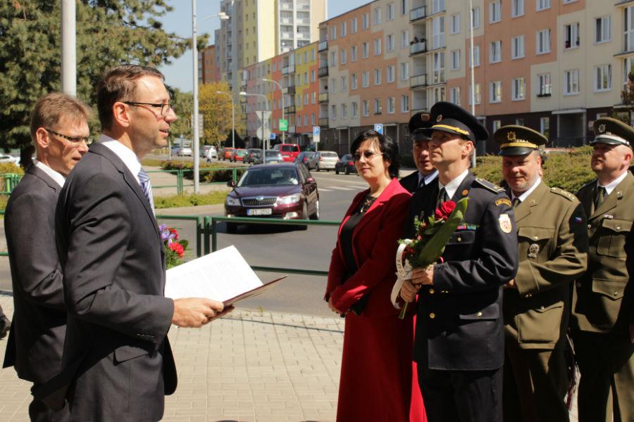 Pietní akt před budovou 1. stupně ZŠ J. A. Komenského. Foto: Martin Polák