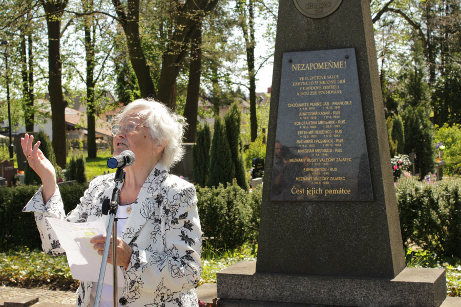Součástí aktu na chodovském hřbitově byla i recitace básně. Foto: Martin Polák