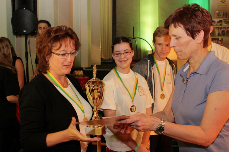 Ředitelka vítězné školy Iva Šípová (vlevo) přebírá ocenění. Foto: Martin Polák