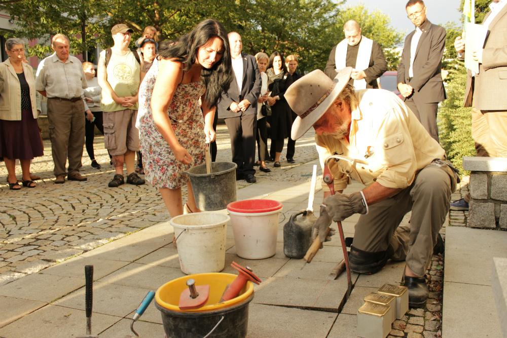 Gunter Demnig ukládá kameny zmizelých u obřadní síně. Foto: M. Polák