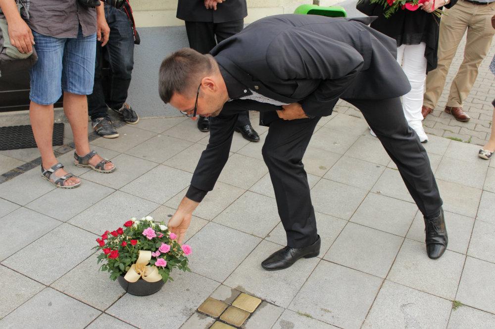 Starosta Patrik Pizinger položil u kamenů zmizelých kytici. Foto: M. Polák