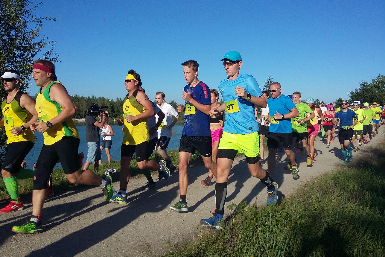 Běžci na prvních metrech Chodovské vlečky. Foto: Miloš Bělohlávek