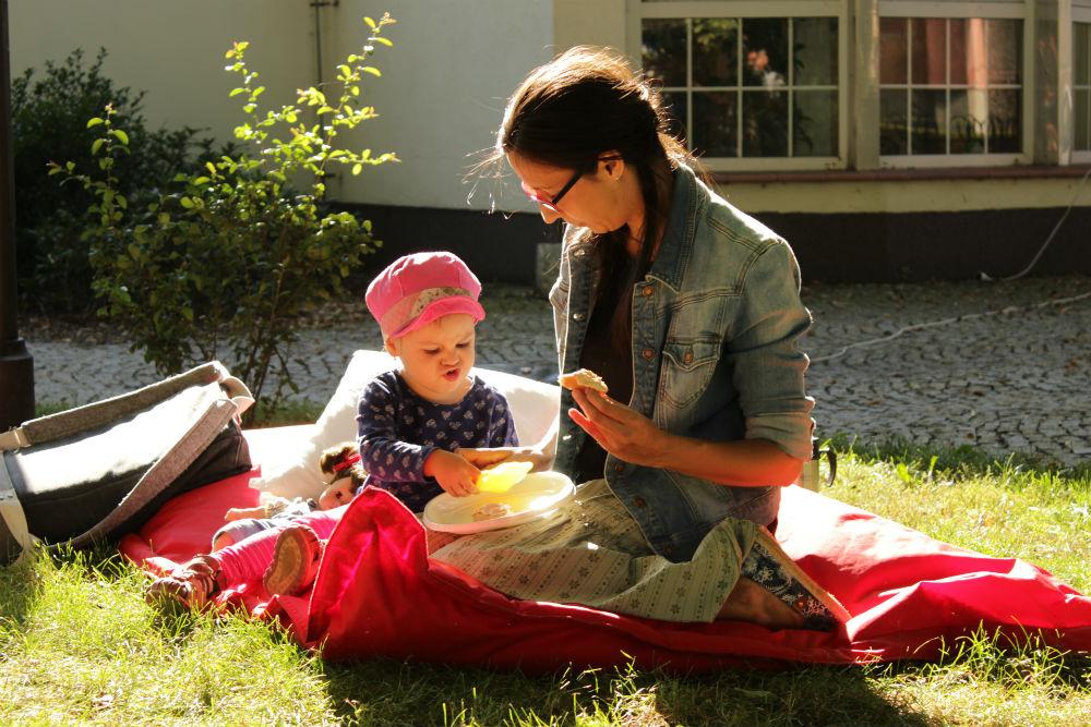 Snídaně v parku za městskou knihovnou. Foto: Martin Polák