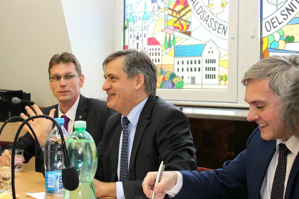Ministr (uprostřed) při diskuzi v zasedací místnosti chodovské radnice. Foto: Martin Polák