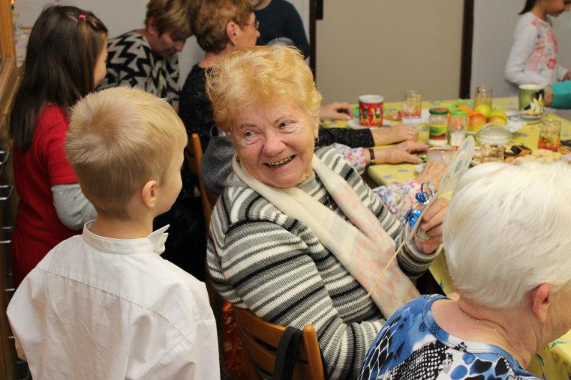 Seniory potěšily drobné dárky, které dostali od dětí. Foto: Martin Polák