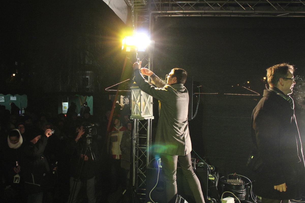Starosta Patrik Pizinger zavěšuje betlémské světlo. Foto: Martin Polák