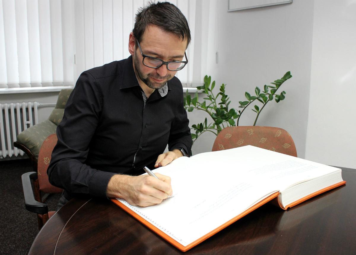Starosta podpisem uzavírá kroniku z let 2010 až 2016. Foto: M. Polák