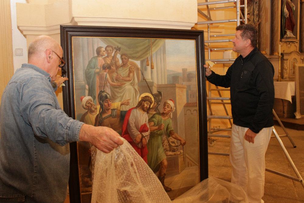 Vybalování letos zrestaurovaných obrazů. Foto: Martin Polák