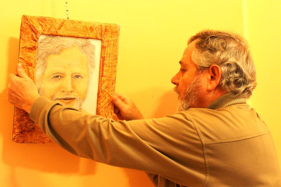 Jiří Vavřička a jeho autoportrét. Foto: Martin Polák