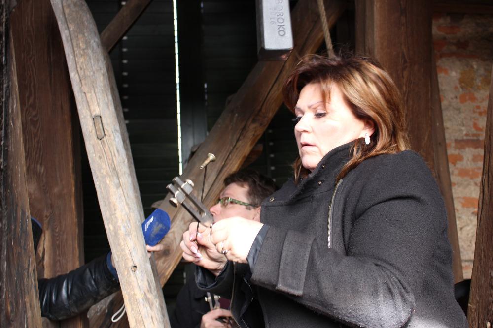 Leticie Vránová Dytrychová při práci v kostelní věži. Foto: SD