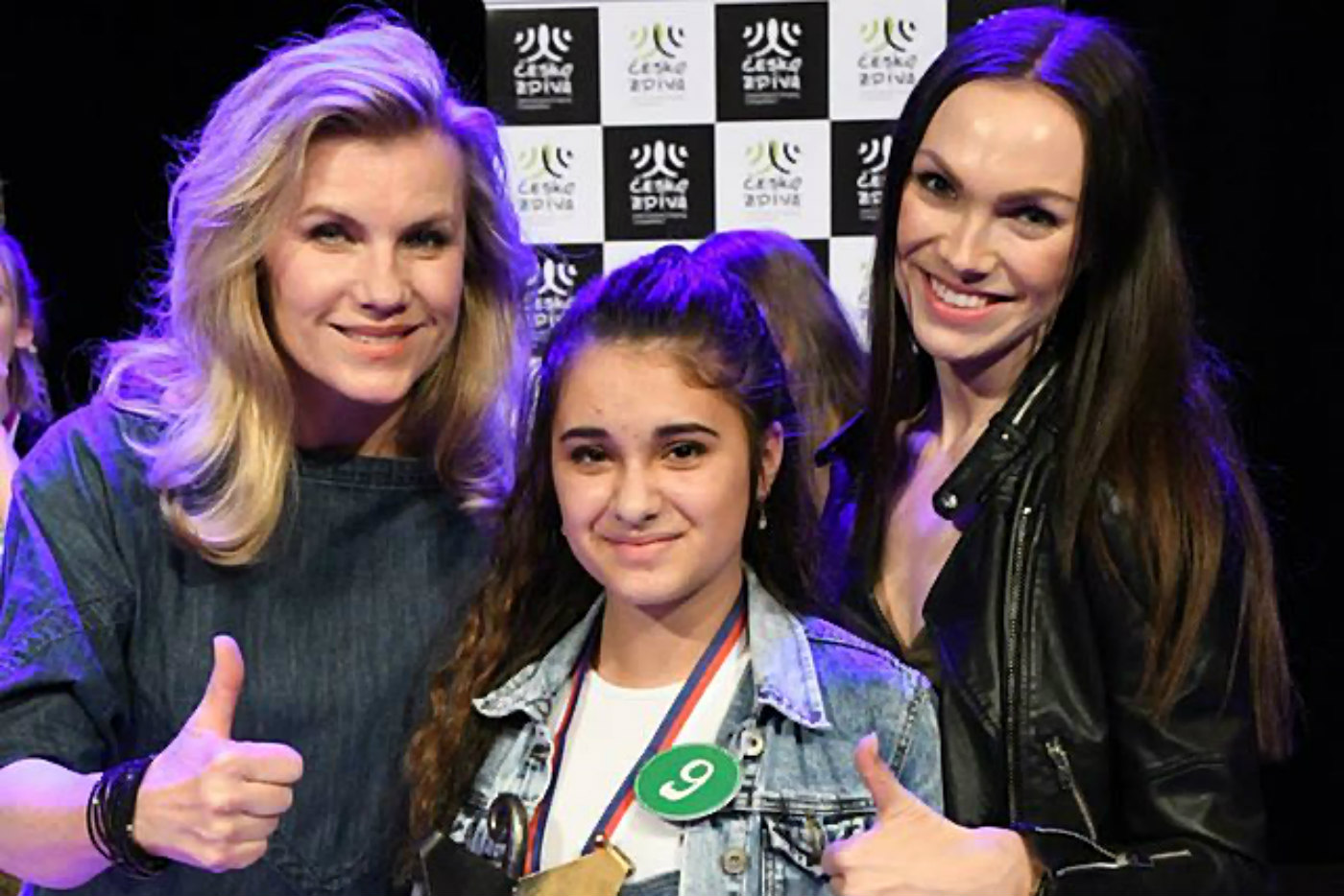 Leona Machálková, Adéla Giňová a Kamila Nývltová (zleva) po vyhodnocení soutěže.