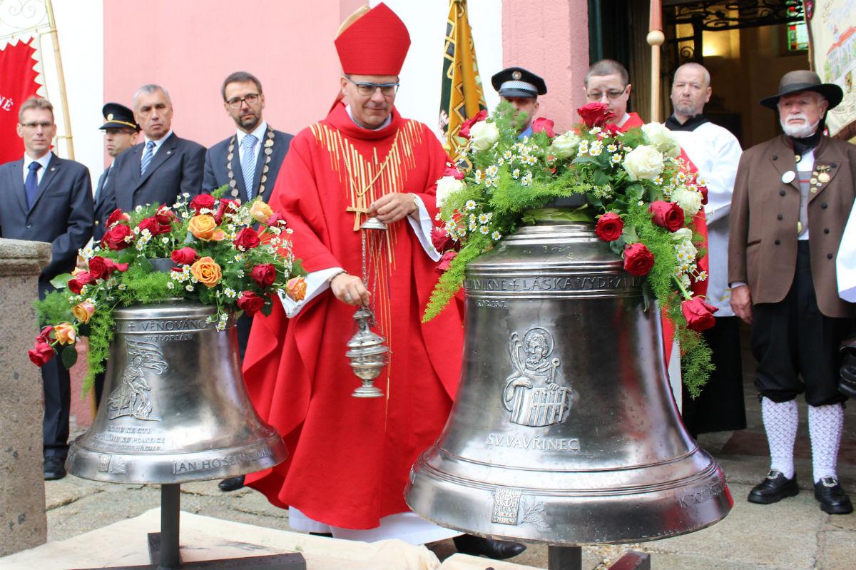 Novým zvonům požehnal biskup Tomáš Holub. Foto: Martin Polák