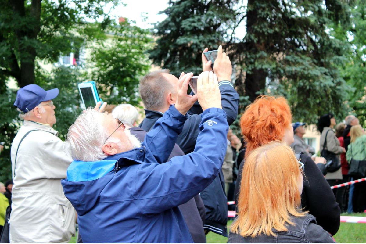 Lidé si celou akci natáčeli na mobilní telefony. Foto: Martin Polák