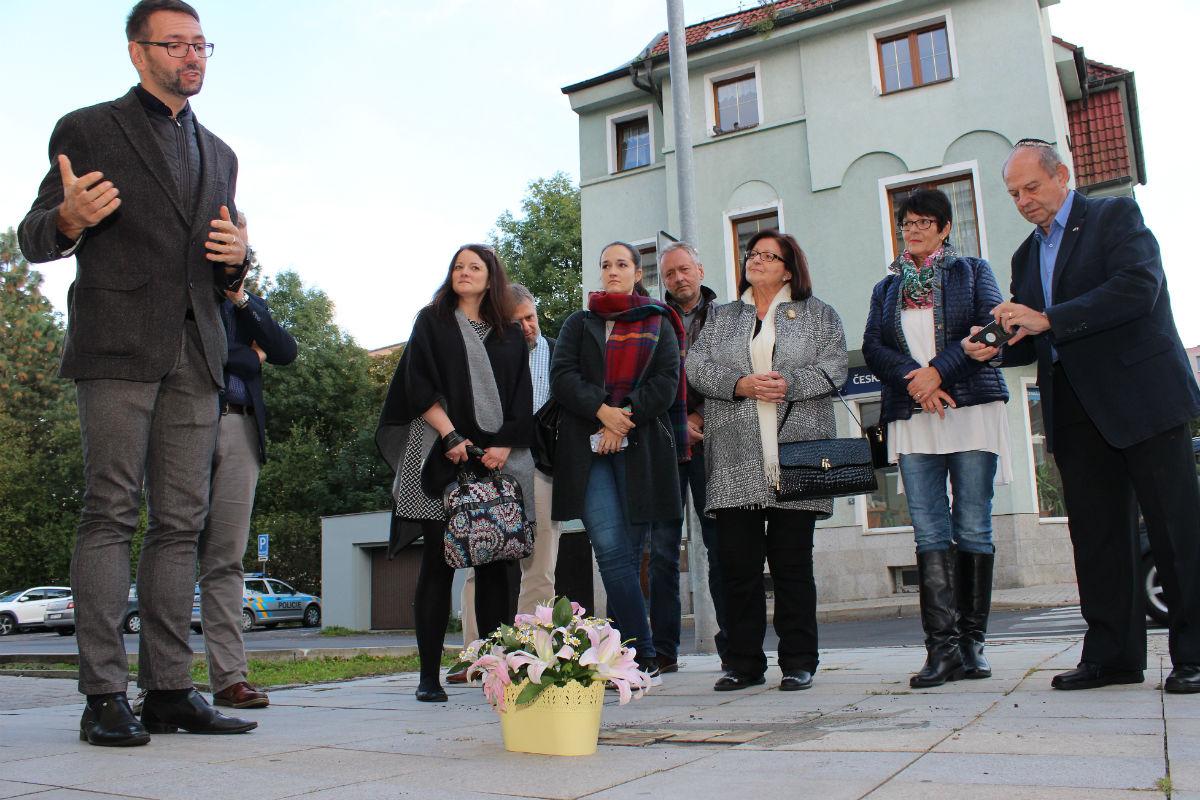 U nových Kamenů zmizelých promluvil také starosta Patrik Pizinger (vlevo). Foto: M. Polák