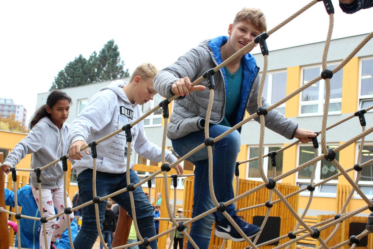 Děti na jednom z herních prvků nové zahrady. Foto: Martin Polák
