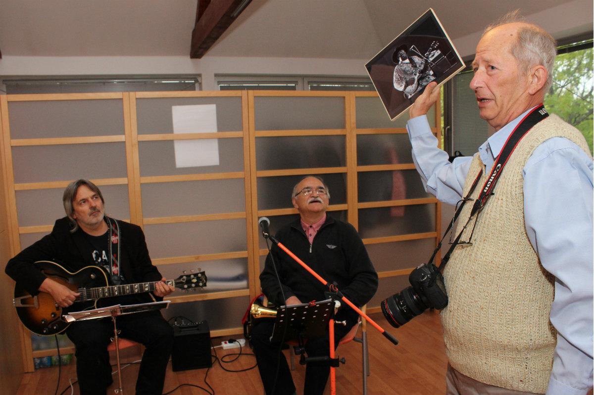 Stanislav Kožený předává dar muzikantům, kteří na vernisáži zahráli. Foto: M. Polák