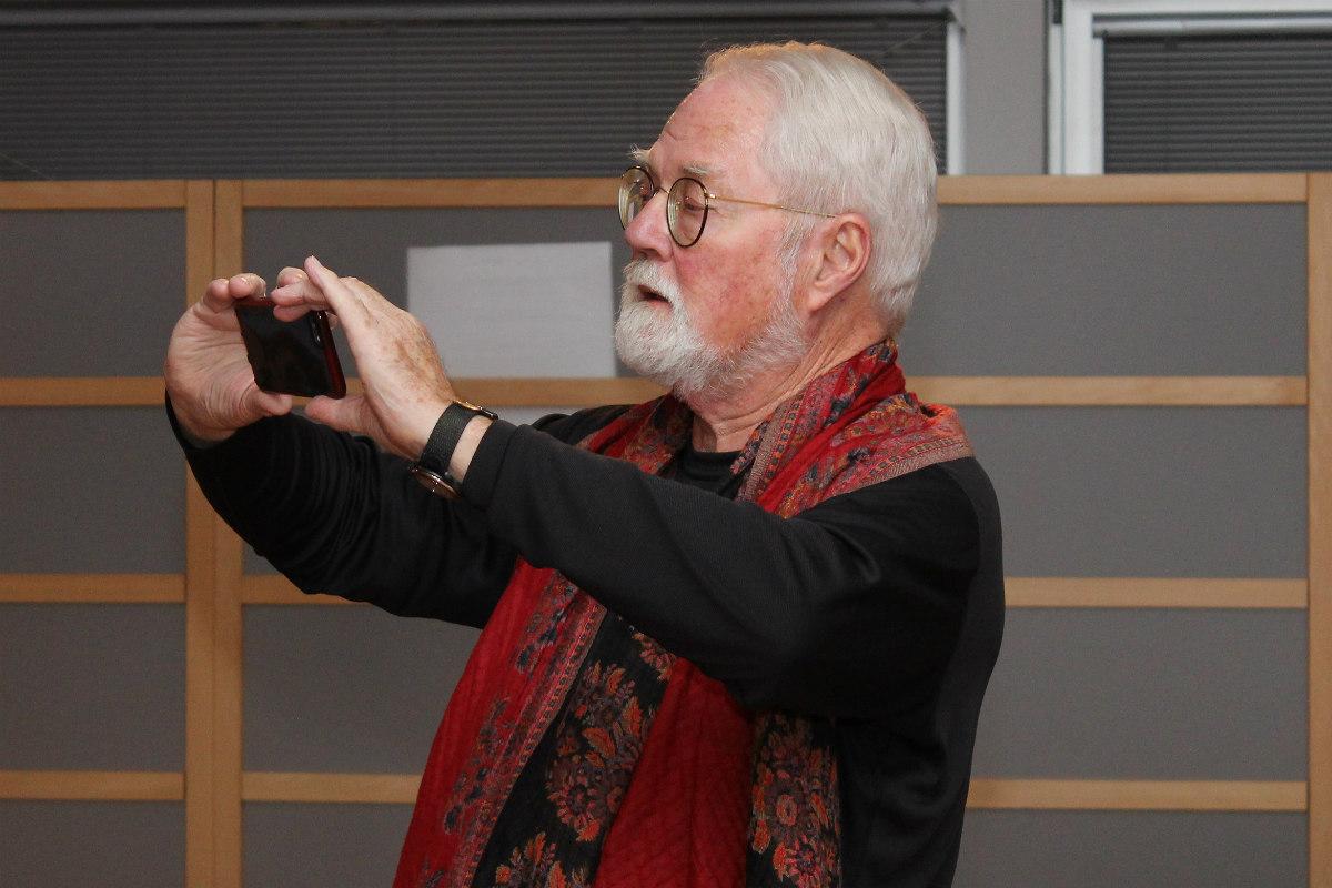 Robert Fulghum si na památku fotí návštěvníky galerie. Foto: Martin Polák