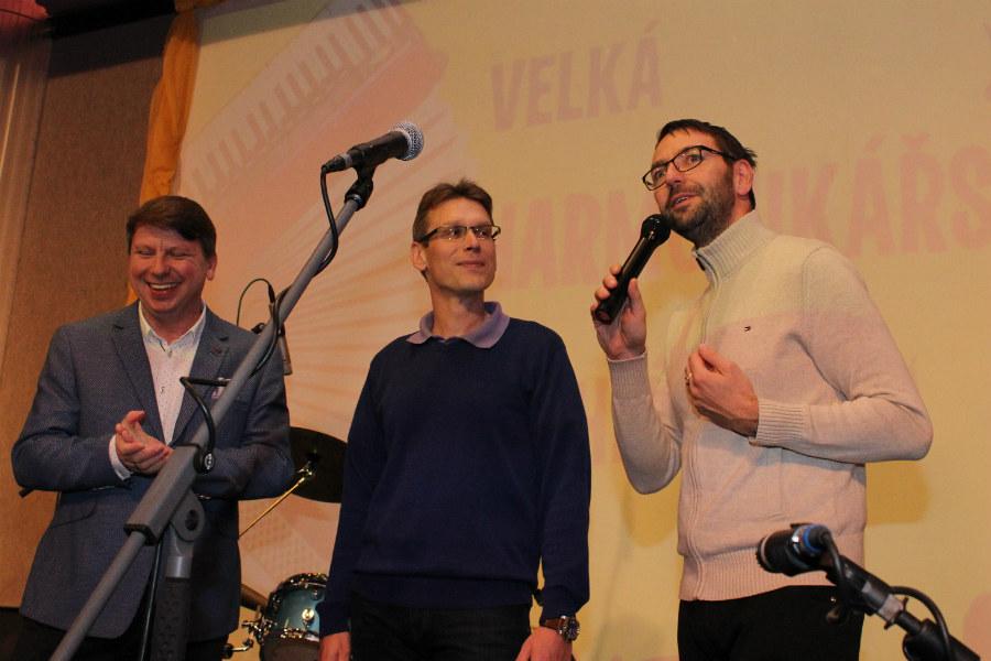 Starosta Patrik Pizinger (vpravo) a jeho zástupce Luděk Soukup (uprostřed) zahajují přehlídku.