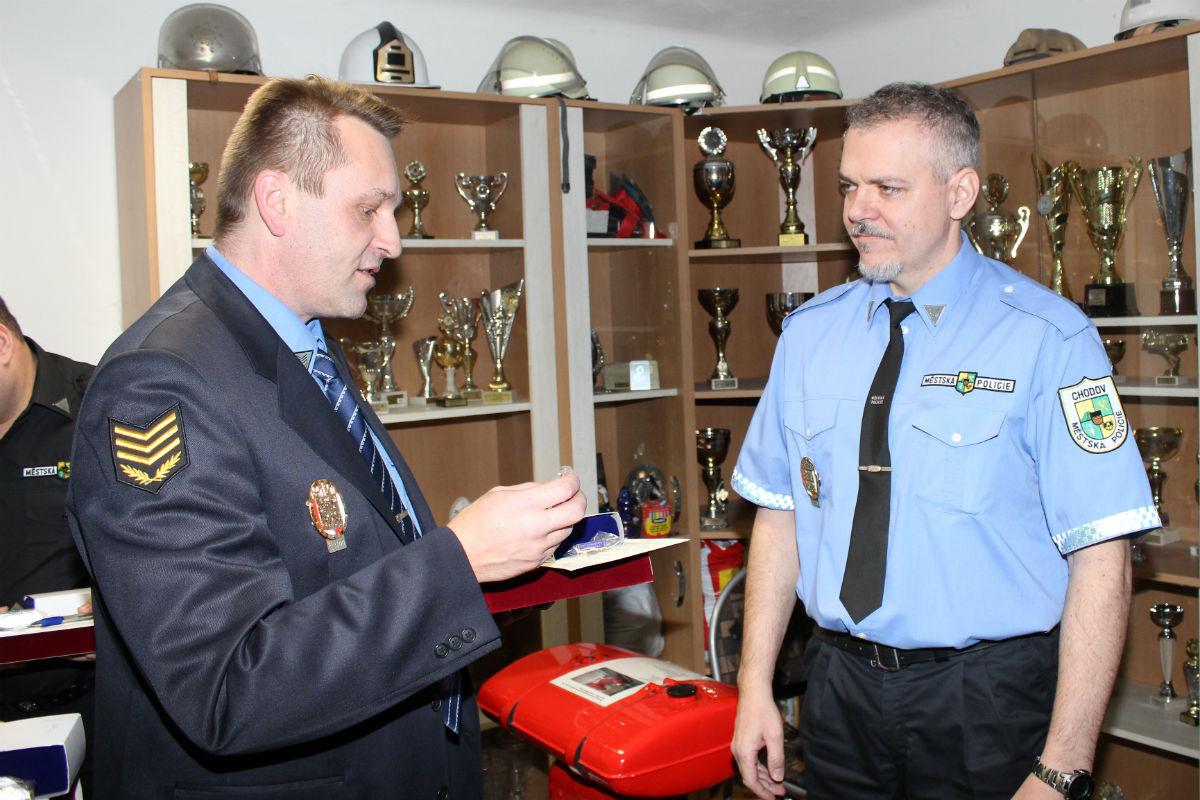 Ladislav Staněk (vlevo) předává kolegům veteránský odznak. Foto: Martin Polák