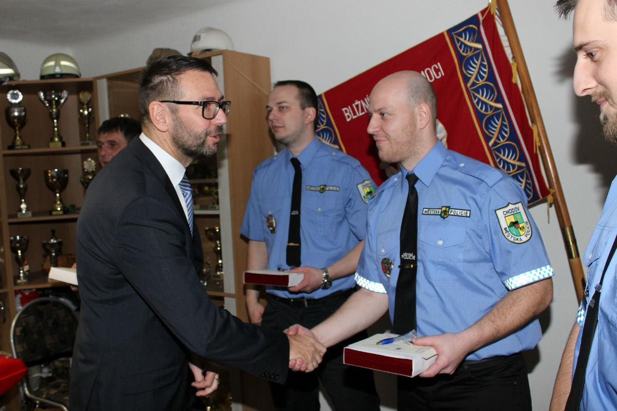 Starosta Patrik Pizinger gratuluje oceněným strážníkům. Foto: Martin Polák