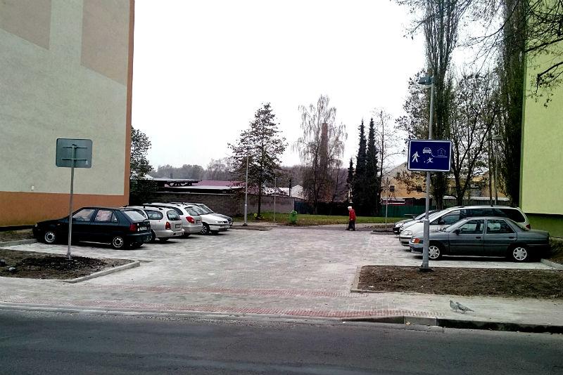 Radnice nechala nedávno v Revoluční ulici vybudovat nové parkoviště, míst pro auta je ale stále nedostatek. Foto: M. Polák