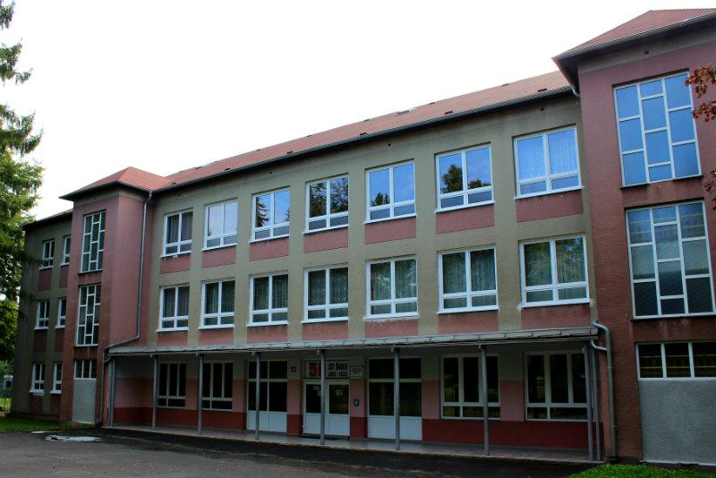 Škola ve Školní ulici se letos dočká nové fasády. Foto: Martin Polák