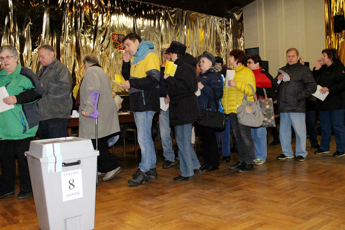 Fronta ve volební místnosti v Chodově v KASSu. Foto: Martin Polák