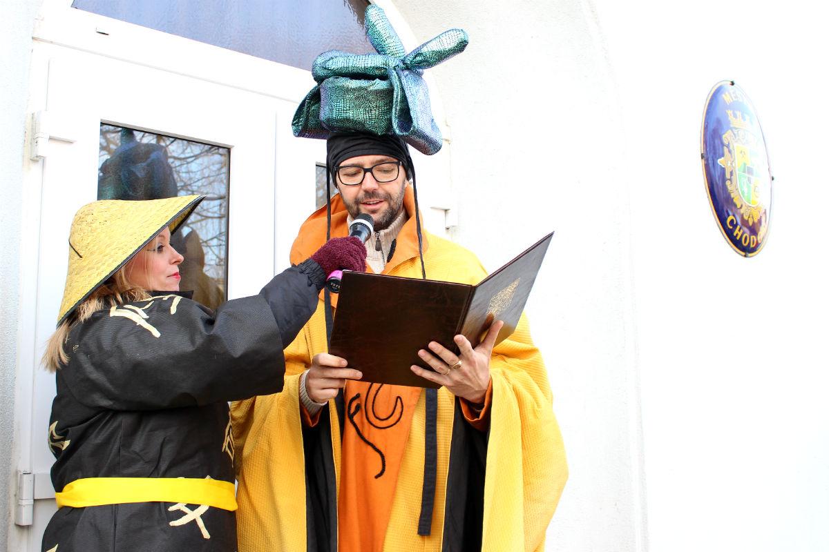 Starosta Patrik Pizinger uděluje povolení k řádění ve městě. Foto: Martin Polák