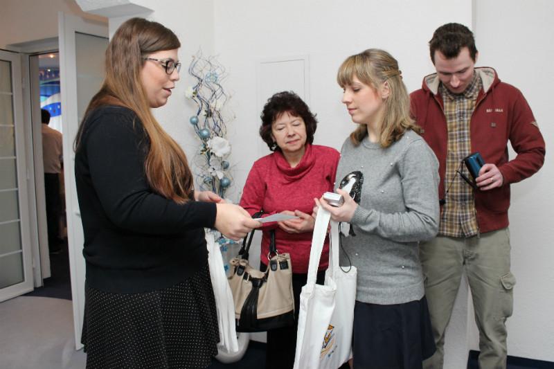 Pracovnice knihovny (vlevo) předává speciální knižní dárky. Foto: Martin Polák