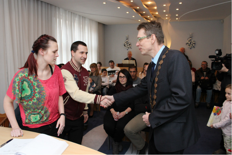 Místostarosta Luděk Soukup (vpravo) při gratulaci rodičům. Foto: Martin Polák