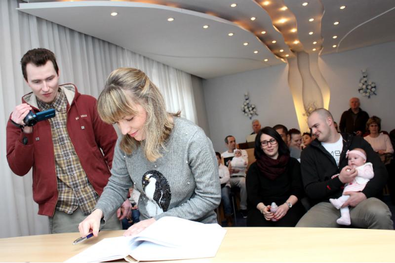Rodiče při zápisu do pamětní knihy. Foto: Martin Polák