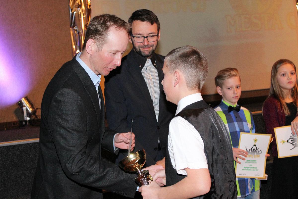 Ocenění letos předával Lukáš Bauer (vlevo). Foto: Martin Polák